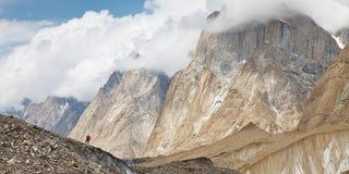 Να πραγματοποιήσει οδοιπορικό στα βουνά Karakorum Στοκ εικόνα με δικαίωμα ελεύθερης χρήσης