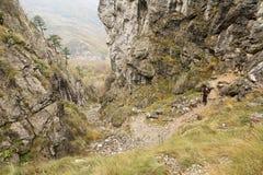 Να πραγματοποιήσει οδοιπορικό στα βουνά Mehedinti το φθινόπωρο στοκ εικόνα