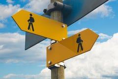 Να πραγματοποιήσει οδοιπορικό τα σημάδια Στοκ εικόνα με δικαίωμα ελεύθερης χρήσης