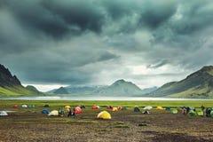 Να πραγματοποιήσει οδοιπορικό στην Ισλανδία στρατοπέδευση με τις σκηνές κοντά στη λίμνη βουνών στοκ φωτογραφίες με δικαίωμα ελεύθερης χρήσης