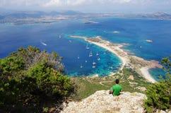 Να πραγματοποιήσει οδοιπορικό στη Σαρδηνία: στη σύνοδο κορυφής του νησιού Tavolara Στοκ Φωτογραφίες