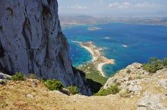 Να πραγματοποιήσει οδοιπορικό στη Σαρδηνία: στη σύνοδο κορυφής του νησιού Tavolara Στοκ Φωτογραφία