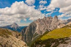 Να πραγματοποιήσει οδοιπορικό στις ιταλικές Άλπεις γύρω από τις τρεις αιχμές στοκ εικόνες