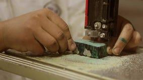 Να πριονίσει τα ξύλινα κενά σε ένα πριόνι ζωνών απόθεμα βίντεο