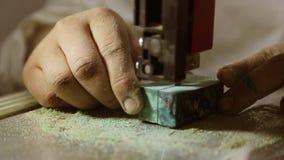 Να πριονίσει τα ξύλινα κενά σε ένα πριόνι ζωνών φιλμ μικρού μήκους