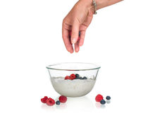 Να προετοιμαστεί γιαουρτιού φρούτων που απομονώνεται Στοκ Εικόνα