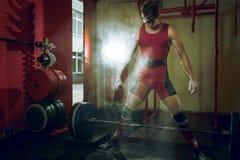 Να προετοιμαστεί για την άσκηση deadlift στοκ εικόνες