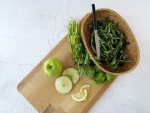 Να προετοιμαστεί για την πράσινη σαλάτα smootie ή μήλων στοκ εικόνα με δικαίωμα ελεύθερης χρήσης