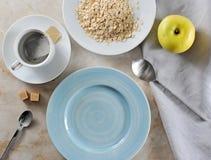 Να προετοιμαστεί για το πρόγευμα - οι τσάντες τσαγιού και oatmeal με το βούτυρο, φωνάζουν Στοκ φωτογραφία με δικαίωμα ελεύθερης χρήσης