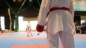 Να προετοιμαστεί για karate μονομαχίας δύο εφήβων απόθεμα βίντεο