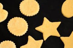 να προετοιμαστεί μπισκότων Χριστουγέννων μπισκότων ψησίματος Στοκ Εικόνες