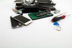 Να προετοιμαστεί να αλλαχτεί μια κινητή τηλεφωνική οθόνη Κινητές επισκευή και υπηρεσία τηλεφωνικών καταστημάτων Στοκ φωτογραφία με δικαίωμα ελεύθερης χρήσης