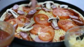 να προετοιμαστεί πιτσών μαγείρων στρώμα των μανιταριών απόθεμα βίντεο
