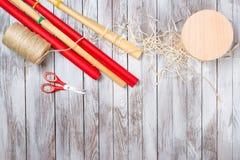 να προετοιμαστεί δώρων Εορτασμός διακοπών Χριστουγέννων επάνω από την όψη Στοκ Εικόνες