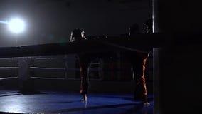 Να πυγμαχήσει στο δαχτυλίδι μεταξύ δύο κοριτσιών σε ένα σκοτεινό διάστημα κίνηση αργή απόθεμα βίντεο