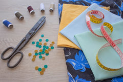 Να ράψει ακόμα τη ζωή: ζωηρόχρωμο ύφασμα Η ράβοντας εξάρτηση περιλαμβάνει τα νήματα των διαφορετικών χρωμάτων, της δακτυλήθρας κα Στοκ Φωτογραφία