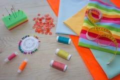 Να ράψει ακόμα τη ζωή: ζωηρόχρωμο ύφασμα Η ράβοντας εξάρτηση περιλαμβάνει τα νήματα των διαφορετικών χρωμάτων, της δακτυλήθρας κα Στοκ Εικόνες