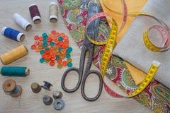 Να ράψει ακόμα τη ζωή: ζωηρόχρωμο ύφασμα Η ράβοντας εξάρτηση περιλαμβάνει τα νήματα των διαφορετικών χρωμάτων, της δακτυλήθρας κα Στοκ εικόνες με δικαίωμα ελεύθερης χρήσης