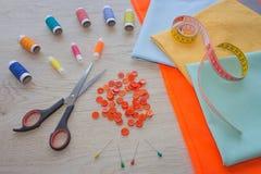 Να ράψει ακόμα τη ζωή: ζωηρόχρωμο ύφασμα Η ράβοντας εξάρτηση περιλαμβάνει τα νήματα των διαφορετικών χρωμάτων, της δακτυλήθρας κα Στοκ εικόνα με δικαίωμα ελεύθερης χρήσης