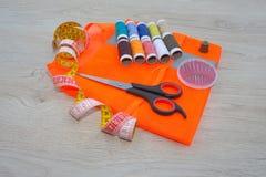Να ράψει ακόμα τη ζωή: ζωηρόχρωμο ύφασμα το ψαλίδι και η ράβοντας εξάρτηση περιλαμβάνουν τα νήματα των διαφορετικών χρωμάτων, της Στοκ φωτογραφία με δικαίωμα ελεύθερης χρήσης
