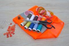 Να ράψει ακόμα τη ζωή: ζωηρόχρωμο ύφασμα το ψαλίδι και η ράβοντας εξάρτηση περιλαμβάνουν τα νήματα των διαφορετικών χρωμάτων, της Στοκ εικόνες με δικαίωμα ελεύθερης χρήσης