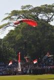 Να ρίξει την έλξη με αλεξίπτωτο για να γιορτάσει την ινδονησιακή ημέρα της ανεξαρτησίας Στοκ Φωτογραφία