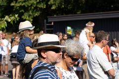 Να σταθεί στον ήλιο με το strawhat Jugendfest Brugg Impressionen στοκ φωτογραφίες με δικαίωμα ελεύθερης χρήσης
