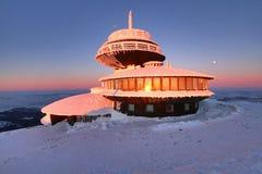 Να στηριχτεί στην κορυφή του βουνού Snezka στοκ φωτογραφία με δικαίωμα ελεύθερης χρήσης