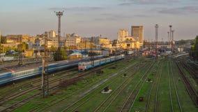 Να στηριχτεί του νότιου σιδηροδρομικού σταθμού και των τραίνων στις πλατφόρμες ενάντια στο timelapse Kharkiv, Ουκρανία απόθεμα βίντεο