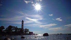 Να στηριχτεί του παλαιού αναγνωριστικού σήματος στην ακτή στα πλαίσια του ουρανού με λαμπρά ο ήλιος Ηλιοφάνεια φιλμ μικρού μήκους