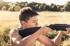 Να στοχεύσει το αγόρι είναι έτοιμο να πυροβολήσει στοκ εικόνες