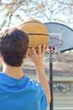 να στοχεύσει το αγόρι καλαθοσφαίρισης Στοκ Φωτογραφία