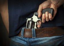 να στοχεύσει το χέρι πυροβόλων όπλων beretta απομόνωσε το έτοιμο ύφος βλαστών στο λευκό όπλων στοκ εικόνες
