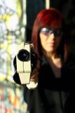 να στοχεύσει sci πυροβόλων όπλων FI τη γυναίκα Στοκ Εικόνες