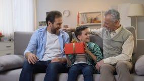Να συγχάρει Granddad και μπαμπάδων το αγόρι, που δίνει το παρόν γενεθλίων στο κιβώτιο απόθεμα βίντεο