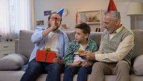 Να συγχάρει Granddad και μπαμπάδων το αγόρι την β-ημέρα, που δίνει το κιβώτιο δώρων και το κέικ απόθεμα βίντεο