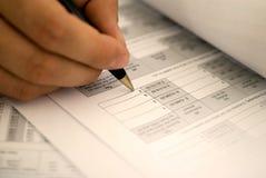 Να συμπληρώσει τη φορολογική μορφή Στοκ φωτογραφία με δικαίωμα ελεύθερης χρήσης