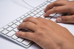 Να συνεργαστεί στο σπίτι με τα άτομα lap-top που γράφουν ένα blog Δακτυλογράφηση σε ένα πληκτρολόγιο Προγραμματιστής ή χάκερ υπολ στοκ φωτογραφίες με δικαίωμα ελεύθερης χρήσης