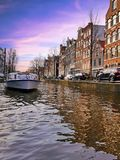 Να ταξιδεψει μέσω των καναλιών του Άμστερνταμ στις Κάτω Χώρες Στοκ εικόνες με δικαίωμα ελεύθερης χρήσης