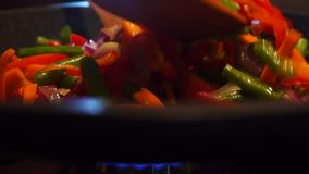 Να τηγανίσει και να αναμίξει το βίντεο λαχανικών κοντά επάνω απόθεμα βίντεο