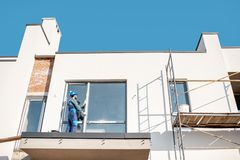 Να τοποθετήσει εργατών παράθυρο στοκ φωτογραφία