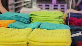 Να τοποθετήσει σε ράφι με τις πετσέτες στην αγορά απόθεμα βίντεο