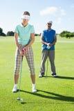 Να τοποθετήσει στο σημείο αφετηρίας γυναικείων παικτών γκολφ μακριά για την ημέρα από ο συνεργάτης που προσέχει Στοκ Φωτογραφία
