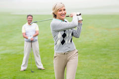 Να τοποθετήσει στο σημείο αφετηρίας γυναικείων παικτών γκολφ μακριά για την ημέρα από ο συνεργάτης που προσέχει Στοκ Εικόνες