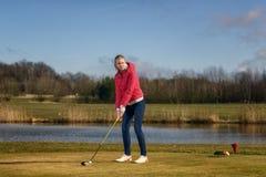 Να τοποθετήσει στο σημείο αφετηρίας γυναικών μακριά σε ένα γήπεδο του γκολφ Στοκ φωτογραφία με δικαίωμα ελεύθερης χρήσης