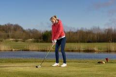Να τοποθετήσει στο σημείο αφετηρίας γυναικών μακριά σε ένα γήπεδο του γκολφ Στοκ Εικόνες