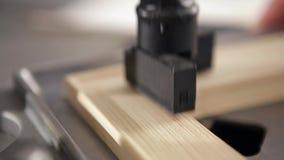 Να τοποθετήσει τις ράγες για το πλαίσιο φιλμ μικρού μήκους