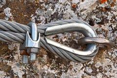 Να τοποθετήσει το καλώδιο μετάλλων στο βράχο Στοκ Εικόνα