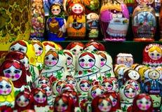 Να τοποθετηθεί κούκλες, κούκλες στην προθήκη Στοκ Εικόνες