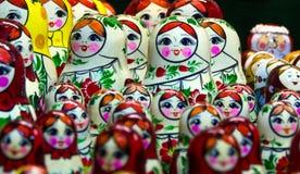 Να τοποθετηθεί κούκλες, κούκλες στην προθήκη Στοκ Φωτογραφία